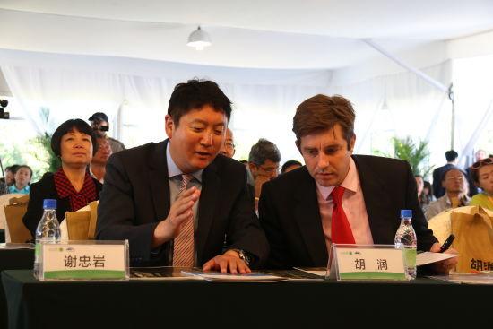 长白山管委会党工委书记、管委会主任谢忠岩与《胡润百富》总裁胡润亲切交流。