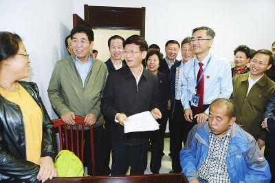 图为孟建柱在长春市朝阳区人民法院了解该院司法便民利民方面所取得的成果。