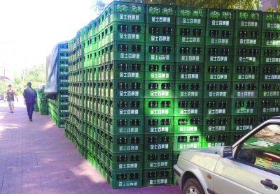 两千多箱啤酒露天摆放