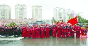 800多名志愿者穿着汉服在风雨中为两位99岁老人祝寿。
