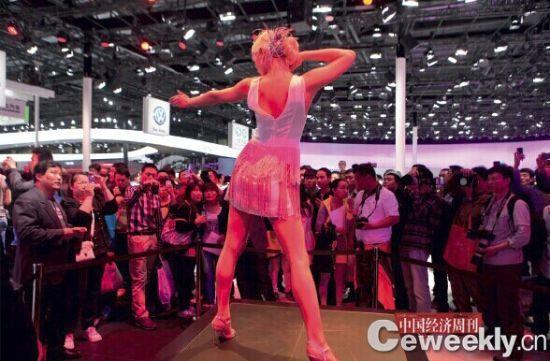 一汽-大众此次股比调整将极大地刺激奥迪在华发展的积极性。图为2012年北京国际车展的一汽-大众展台 。《中国经济周刊》记者 肖翊| 摄
