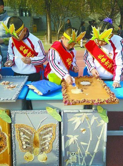 长春中学生现场制作玉米粘贴画传承民族文化图片