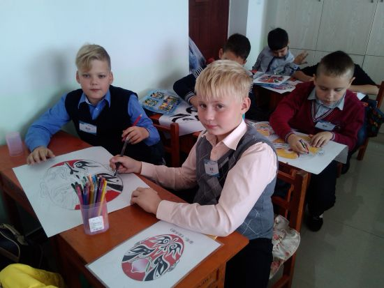 俄罗斯小学生正在绘制京剧脸谱.