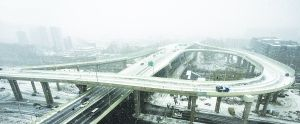 """12日10时35分,宽平大路与开运街互通立交桥穿上了""""雪衣""""。"""