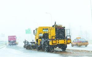 """外号为""""大黄蜂""""的高速清雪车在路面工作。"""