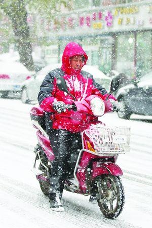 市民用双脚支撑路面防止摩托车打滑。