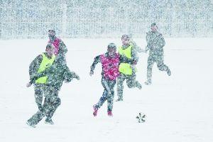 雪中踢足球