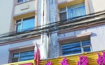 店铺上悬挂3米冰柱店主担忧