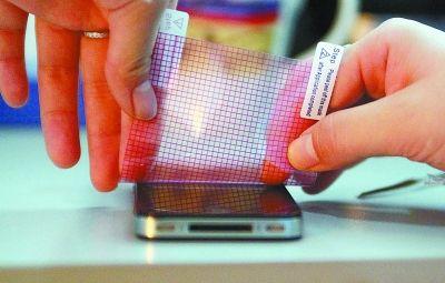 教授称手机贴膜会影响视力