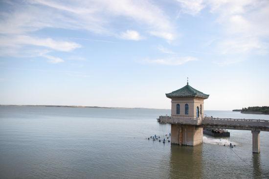 新立湖国家水利风景区于2002年9月15日被水利部批准为吉林省第一个国家级水利风景区,它位于长春市母亲河伊通河中上游,长东公路16公里处,景区面积达180平方公里。广阔的湖面、广袤的森林、清新的空气、成群的水鸟使你体验大自然的无穷魅丽和返朴归真的无限遐想。另外您还可看到宏伟壮观的水利工程、富有诗意的曲径回廊、充满联想的兰亭晓月、江南韵味的渔歌唱晚、北国风光中的冰雪冲浪;您还可体验乘风破浪的游轮、离弦之箭的快艇、纵横驰骋的骏马、悠然自得的双人自行车、马力十足的沙滩摩托; 您还可聆听美丽动人的卸甲山