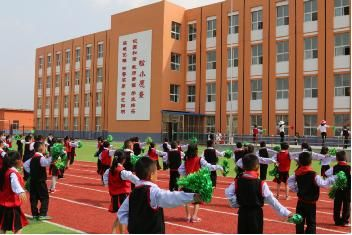 安图县松江小学利用文化墙,加强校园道德文化教育.