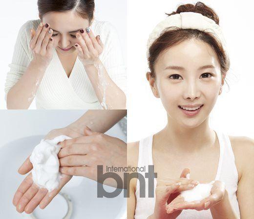 STEP 1. 将手洗净   卸妆前的必需阶段就是将手洗净。由于每天需要使用电脑、手机,接触各类环境,我们的双手会沾有大量细菌。   若不将手洗净即使用洁面产品,会造成细菌混合洁面泡沫覆盖面部,很可能导致痘痘问题。为了提高肌肤的免疫力、有效清洁肌肤,需要将手彻底洗净后再开始洁面。   STEP 2.