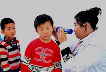 珲春市马川子小学对学生进行听力健康检查