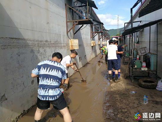 图为洪水过后,图们市直机关工作人员迅速行动加紧清淤