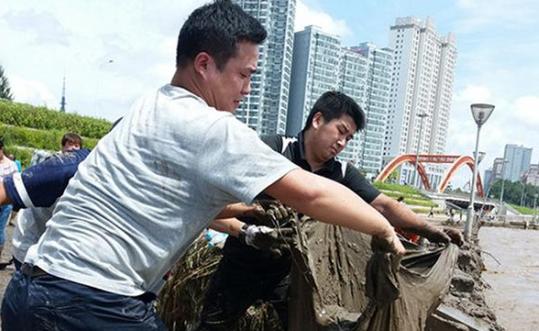 延吉开展布尔哈通河沿岸清淤工作