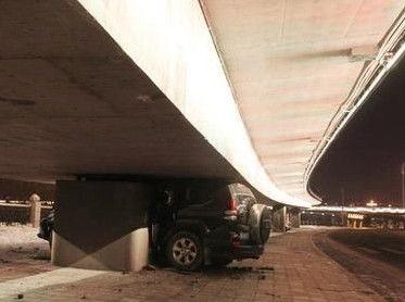 一车撞人后卡桥下
