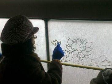 女子车窗画莲花