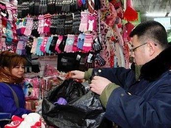 江城市民做龙雪雕