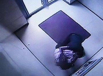 男子守ATM抢劫
