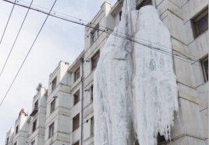 居民楼七层高冰瀑