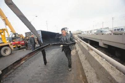 车祸发生司机跳桥
