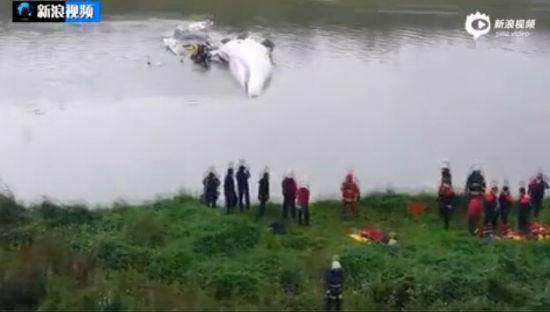 台客机撞桥坠河 乘客水中攀扶机翼等救援